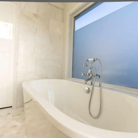 Marble Tile Bathtub with Telephone Faucet